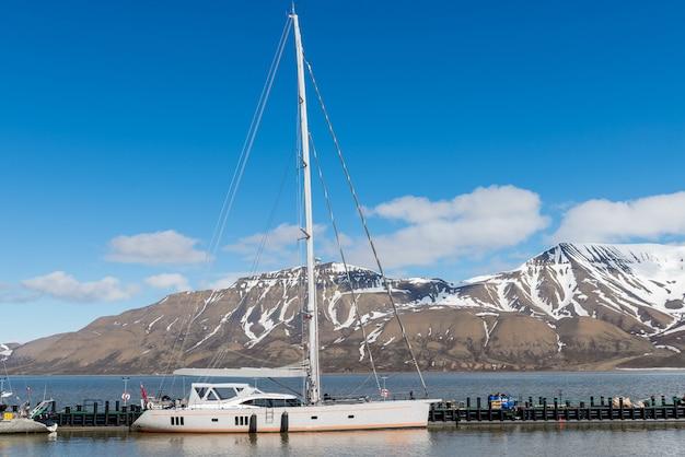 Yacht à voile dans le port de longyearbyen, archipel du svalbard