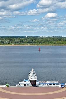 Yacht avec une voile rouge navigue sur la volga