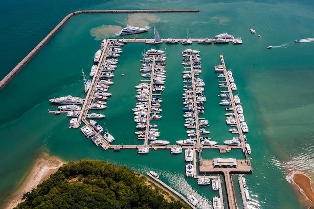 Yachts et bateaux dans la baie de marina à phuket thaïlande vue aérienne
