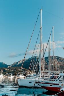 Yachts et bateaux sur le quai