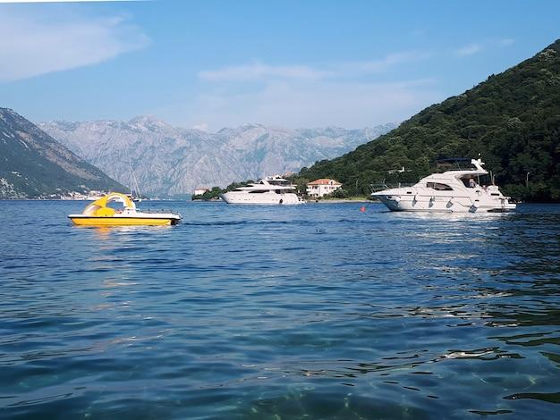 Yachts dans la baie de kotor, monténégro