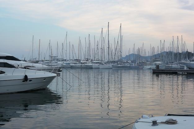 Yachts dans le fond de coucher de soleil