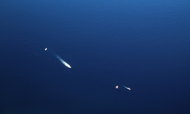 Yachts dans la mer bleue d'en haut