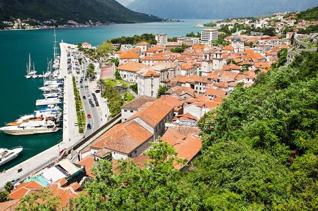 Yachts dans le paysage portuaire
