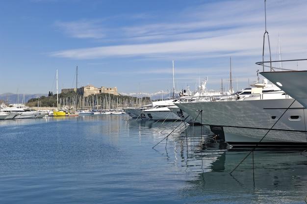 Yachts dans le port d'antibes, côte d'azur,