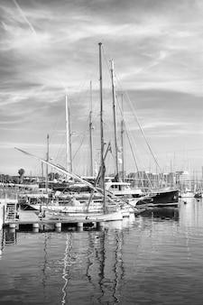 Yachts dans le port de barcelone, espagne. image en noir et blanc