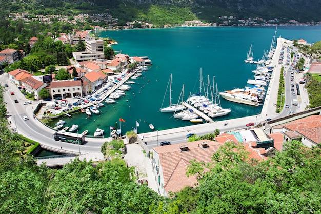 Yachts dans le port