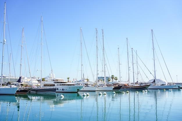Yachts de luxe amarrés dans la marina de valencia, espagne