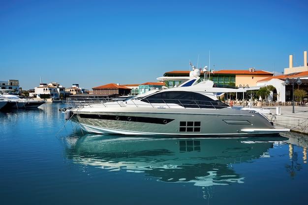 Yachts de luxe dans un port le soir