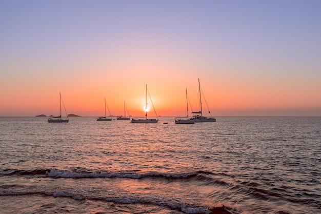 Yachts en mer pendant le magnifique coucher de soleil à ibiza