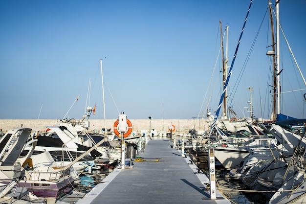 Yachts privés dans le port