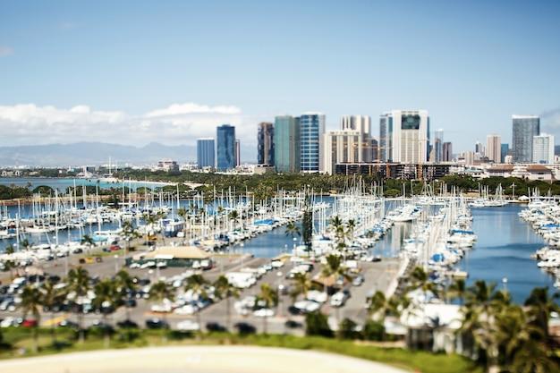Yachts se tiennent sur les baies sur hawaii