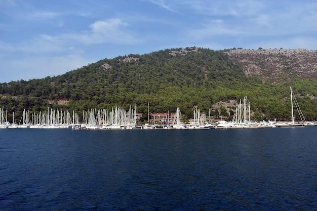 Les yachts se tiennent dans le port maritime