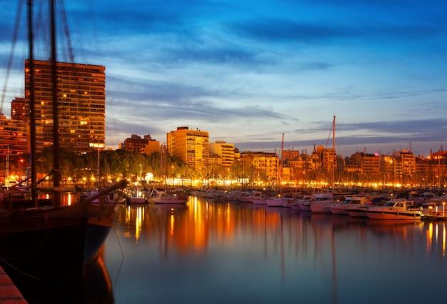 Yachts se trouvant au port d'alicante dans la nuit