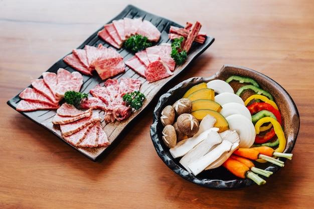 Yakiniku et légumes dans un bol en pierre