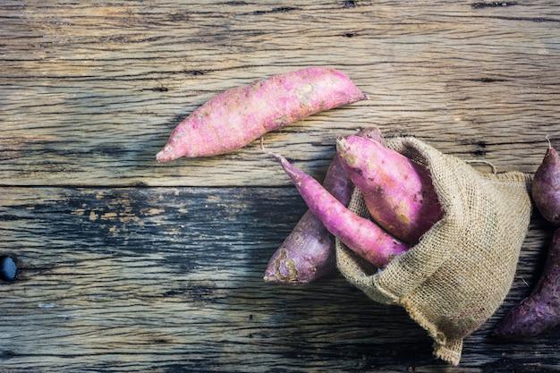 Yam sur une table en bois. la patate douce est un légume largement consommé en asie.