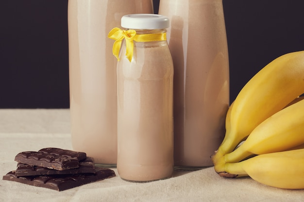 Yaourt au chocolat et à la banane sur la table