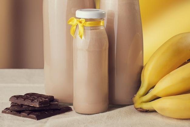 Yaourt au chocolat et à la banane sur la table.