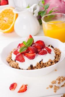 Yaourt au granola et fraises fraîches