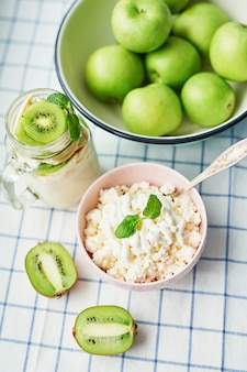Yaourt au kiwi, pommes vertes, fromage cottage à la crème sure et à la menthe, desserts végétariens. petit-déjeuner sain. bonjour. nourriture végétalienne saine. desserts végétariens, desserts de variétés conceptuelles