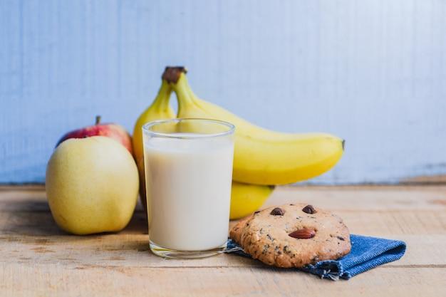 Yaourt au lait à la banane sur une table en bois