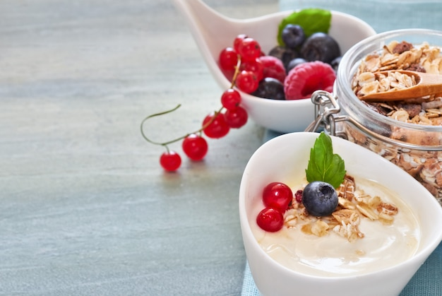 Yaourt au muesli et aux baies, dessert sain sur une surface neutre