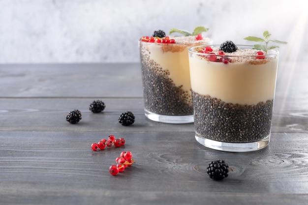 Yaourt au pudding aux graines de chia avec groseilles rouges et mûres et psyllium