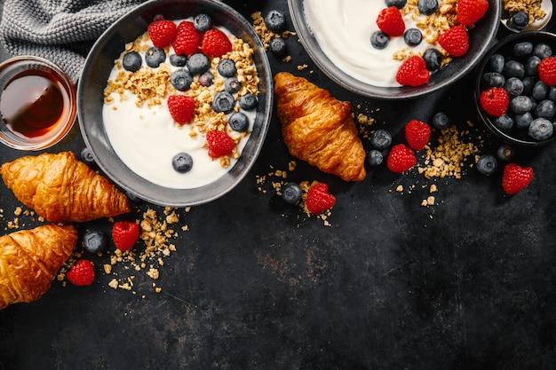 Yaourt aux baies et granola dans un bol