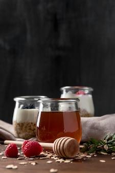 Yaourt aux céréales granola et fruits