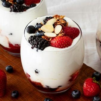Yaourt aux fraises et myrtilles
