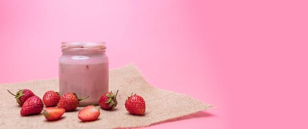 Yaourt aux fraises sur nappe aux fraises