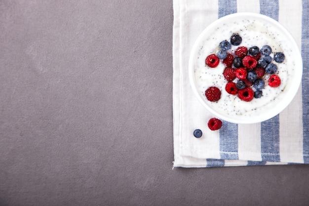 Yaourt aux graines de chia et framboises fraîches, myrtilles