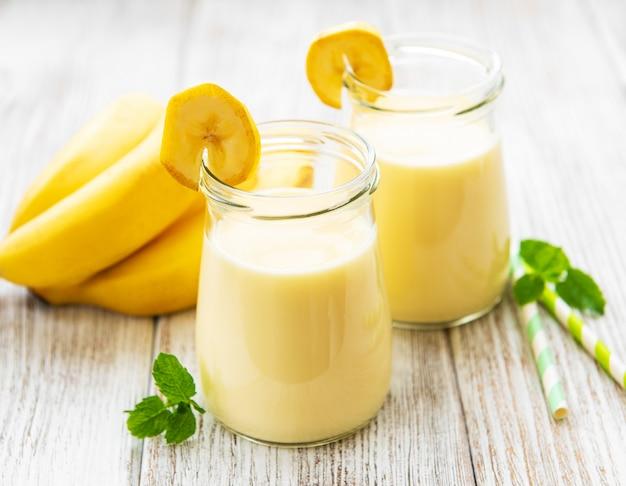 Yaourt à la banane et bananes fraîches