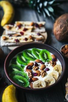 Yaourt avec différents fruits sur une table en bois. nourriture utile, régime, bio.
