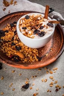 Yaourt épicé au granola, baies séchées, noix, amandes, épices