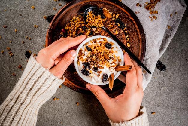 Yaourt épicé avec granola, baies séchées, noix, amandes et épices