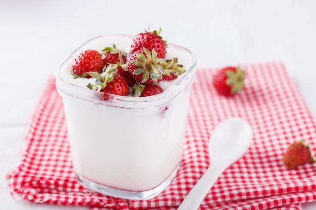 Yaourt fait maison avec fraises fraîches