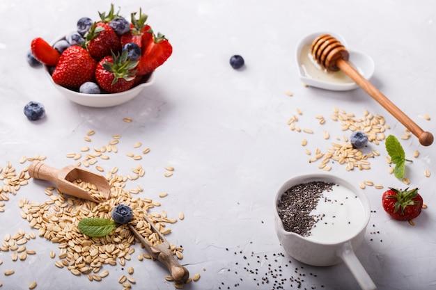 Yaourt et flocons d'avoine avec baies fraîches, graines de chia