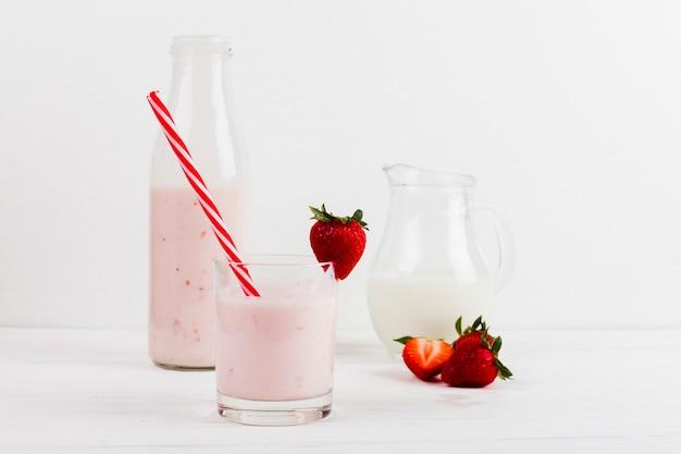 Yaourt à la fraise en verre décoré
