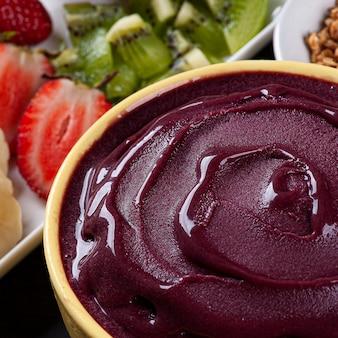Yaourt glacé brésilien dans un bol accompagné de fruits tropicaux