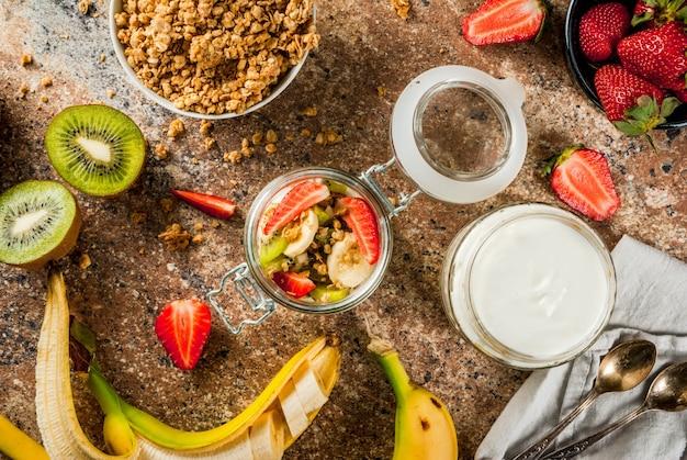 Yaourt avec granola et fruits