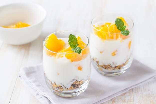 Yaourt, granola et orange en pot de verre