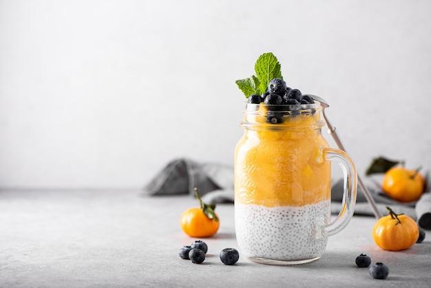 Yaourt grec aux graines de chia et mandarine