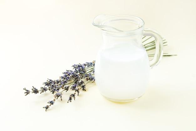 Yaourt ou lait caillé en pot avec des fleurs de lavande
