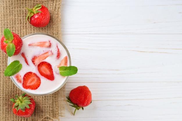 Yaourt maison à la fraise rouge fraîche