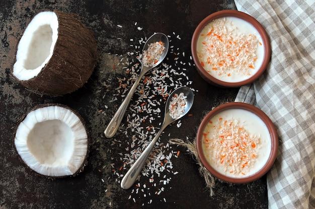 Yaourt maison à la noix de coco. probiotiques. petit déjeuner keto. régime céto.