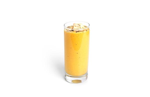 Yaourt à la mangue avec graines de chia et amandes isolés sur fond blanc. photo de haute qualité