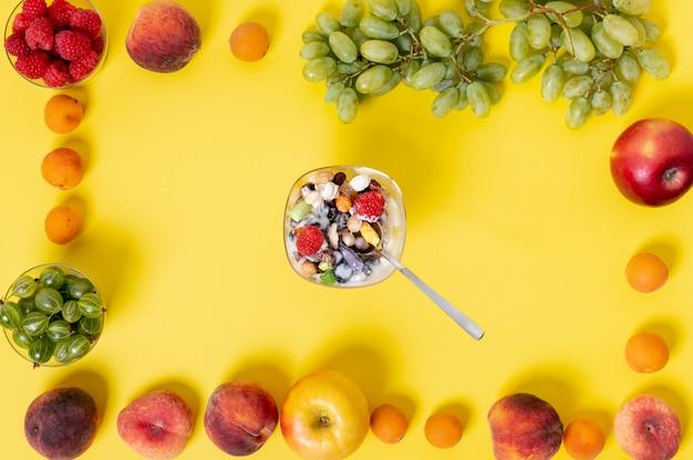 Yaourt musli plat dans un cadre de fruits