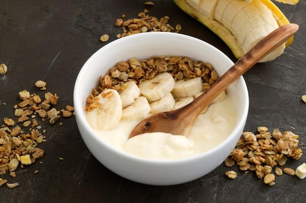 Yaourt naturel au muesli et à la banane.