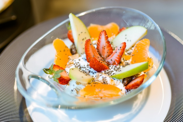 Yaourt saine avec des fruits dans un restaurant.